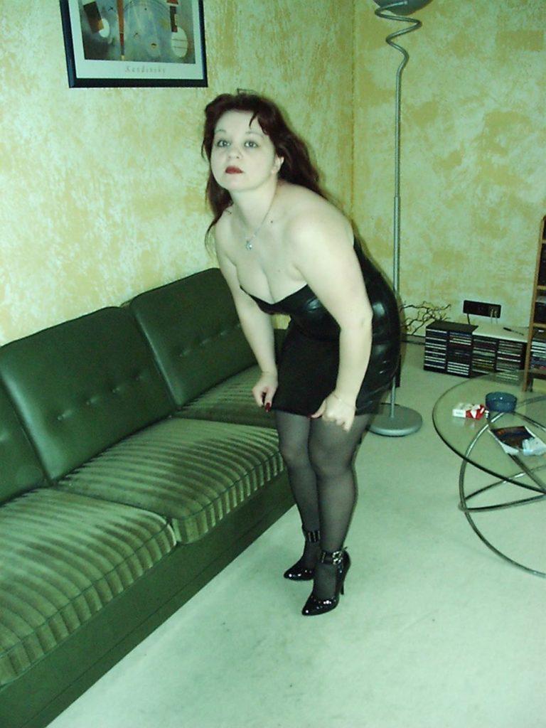 Dickes Girl im Latexkleid